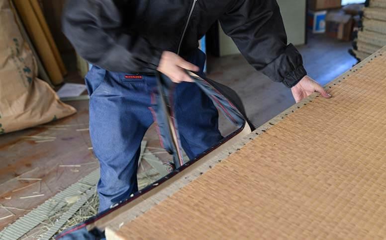 畳表替えの職人製作の様子